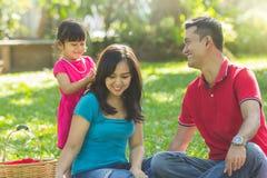 Reizende Familie an einem Park stockfotos