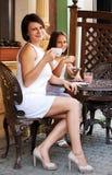 Reizende Familie im Kaffee stockbilder
