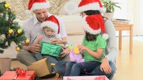 Reizende Familienöffnung Weihnachtsgeschenke stock video