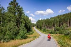 Reizende fietser op cyclusroute in Zuidelijk Noorwegen stock foto