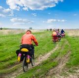 Reizende fietsers stock foto's