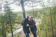 Reizende flüchtige Blicke des glücklichen Paars lizenzfreie stockbilder