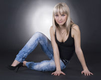 Reizende Frau über schwarzem Hintergrund Stockbilder