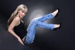 Reizende Frau über schwarzem Hintergrund Lizenzfreie Stockfotografie