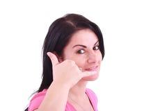 Reizende Frau, die einen Aufruf mich Geste bildet Lizenzfreies Stockfoto