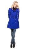 Reizende Frau in einem blauen Mantel stockbild