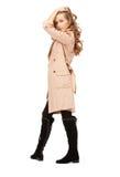 Reizende Frau im Mantel lizenzfreie stockbilder