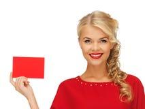Reizende Frau im roten Kleid mit Anmerkungskarte Lizenzfreies Stockfoto