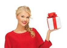 Reizende Frau im roten Kleid mit Geschenk Stockfotos