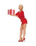 Reizende Frau im roten Kleid mit Geschenk Stockfoto