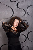 Reizende Frau im schwarzen Spitzekleid Lizenzfreie Stockbilder