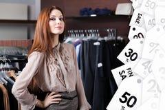 Reizende Frau ist im Einkaufszentrum stockbild