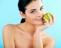 Reizende Frau mit Apfel Stockbild