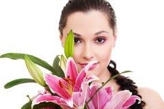 Reizende Frau mit Bündel purpurroten Blumen Stockfotos