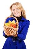 Reizende Frau mit einem Korb der reifen Frucht Stockbild