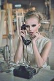 Reizende Frau mit einem Telefon Lizenzfreie Stockfotos