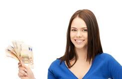 Reizende Frau mit Eurobargeld Stockfotos