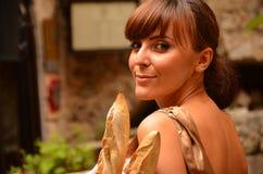 Reizende Frau mit französischem Brot Stockbilder