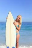 Reizende Frau mit ihrem Surfbrett Lizenzfreie Stockbilder