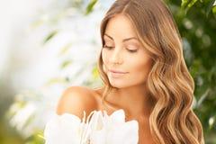 Reizende Frau mit Lilienblume stockbilder