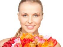 Reizende Frau mit roten Blumen Lizenzfreie Stockfotos
