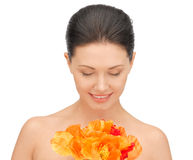 Reizende Frau mit roten Blumen Lizenzfreies Stockfoto