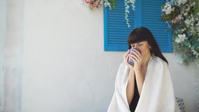 Reizende Frau trinkt Tee im Bett stock footage