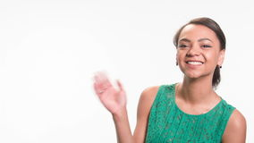 Reizende Frau zieht aktiv in den Rahmen um stock footage