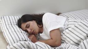 Reizende Frauenhaare im Bett stock footage