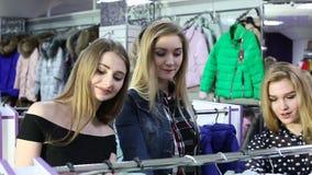 Reizende Freunde, die über Einkaufsverkäufe aufgeregt werden stock video