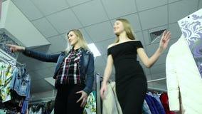 Reizende Freunde, die über Einkaufsverkäufe aufgeregt werden stock footage