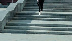 Reizende Geschäftsfrau geht die Treppe hinunter stock video footage