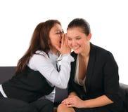Reizende Gesprächs- und Anteilgeheimnisse mit zwei Freundinnen lizenzfreies stockbild