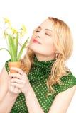 Reizende Hausfrau mit Blume Lizenzfreie Stockfotografie