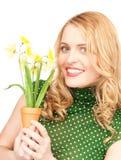 Reizende Hausfrau mit Blume Stockfotografie