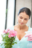 Reizende Hausfrau mit Blume Lizenzfreie Stockfotos