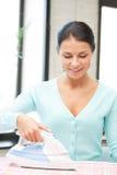 Reizende Hausfrau mit Eisen Lizenzfreie Stockfotos