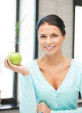 Reizende Hausfrau mit grünem Apfel Lizenzfreies Stockfoto