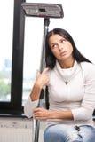 Reizende Hausfrau mit Staubsauger Stockbilder