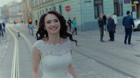 Reizende Hochzeitspaare, die in der Stadt küssen stock footage