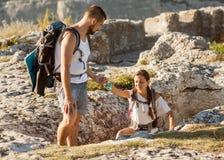 Reizende hulp om een andere toerist op berg te krijgen royalty-vrije stock foto's