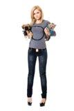 Reizende junge blonde Aufstellung mit zwei Hunden Stockfotos