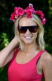 Reizende junge blonde Dame mit Girlande von Blumen Stockbilder