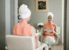 Reizende junge Dame, die im Schönheitssalon sich entspannt lizenzfreie stockfotografie