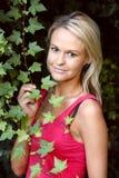 Reizende junge Dame im Garten Lizenzfreie Stockfotos