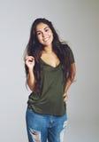 Reizende junge Frau mit einem freundlichen Lächeln stockfoto
