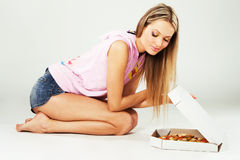 Reizende junge Frau mit einer Pizza Stockfoto
