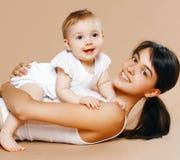 Reizende junge Mutter und Baby Lizenzfreies Stockfoto