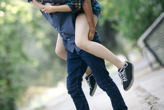 Reizende junge Paare Stockbild