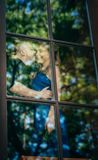 Reizende junge Paare im Fenster Stockbild